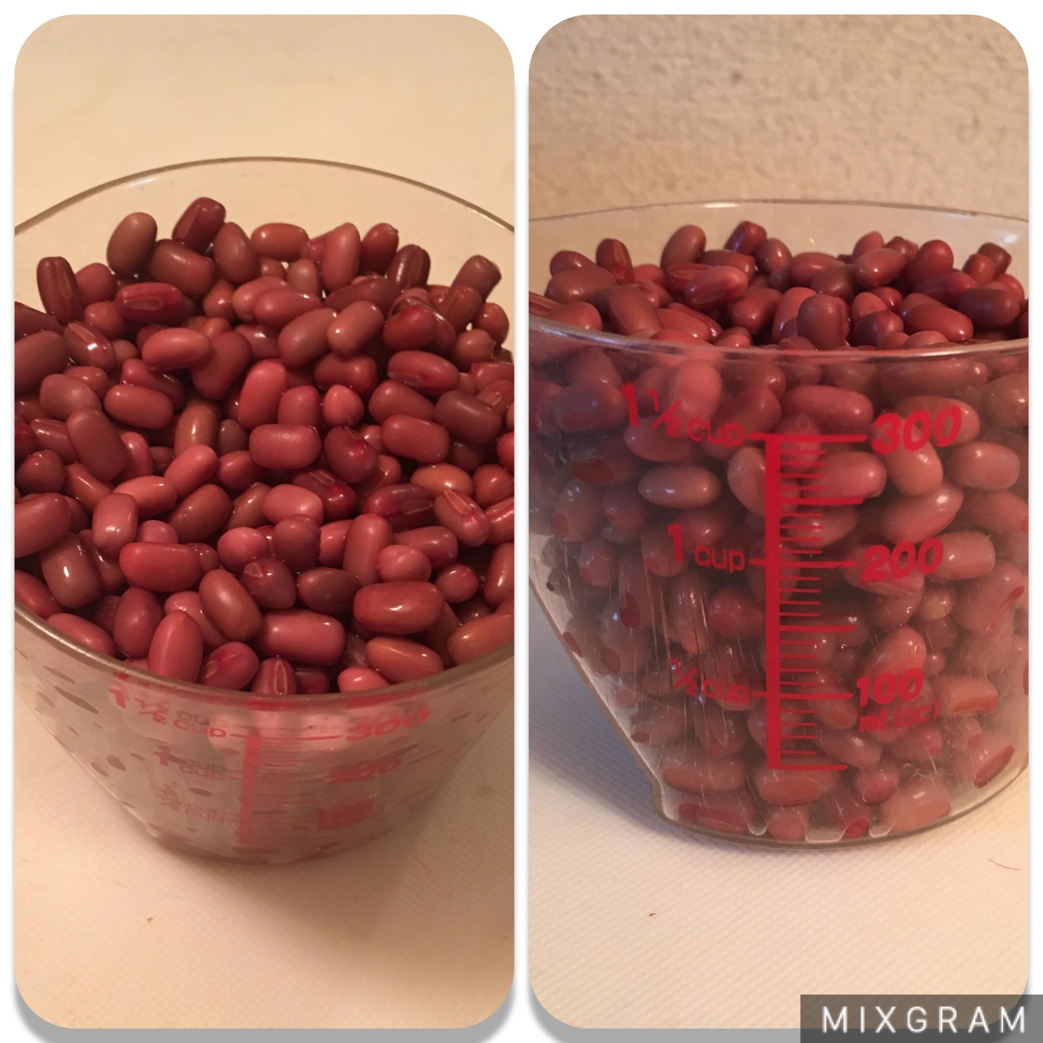 300mlのカップに小豆の浸け豆を入れた