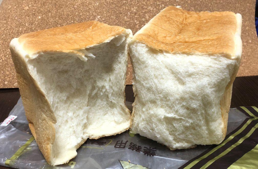 おかめやパン販売所の食パンを半分にちぎった