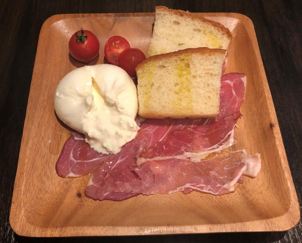 ブラータチーズと生ハムとパンとトマト