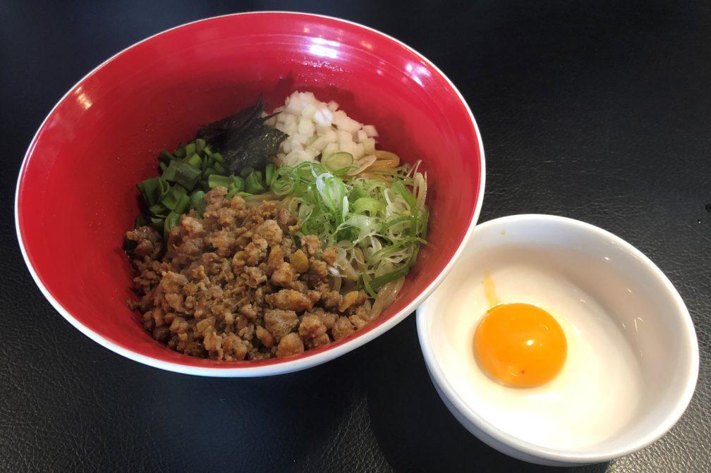 麺エイジのまぜそばと横に生卵