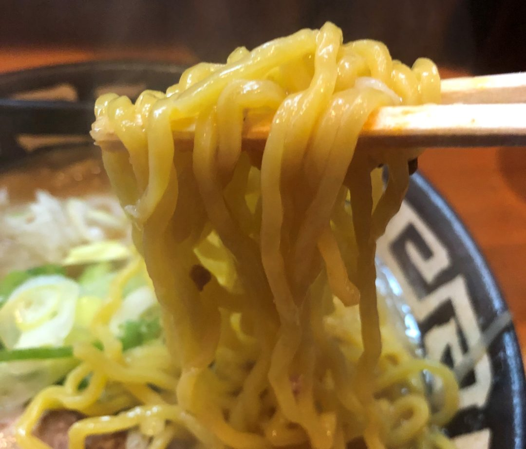 箸で持った麺