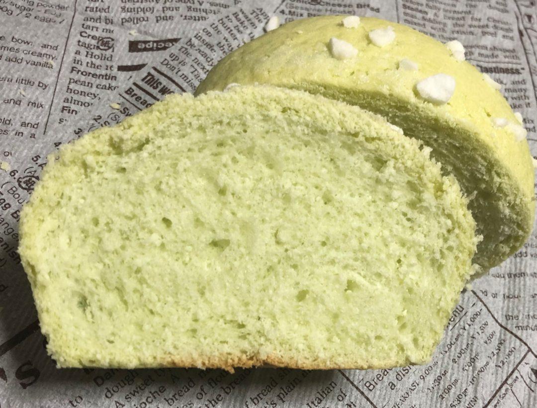 半分に切ったまるやまめろんのメロンパン
