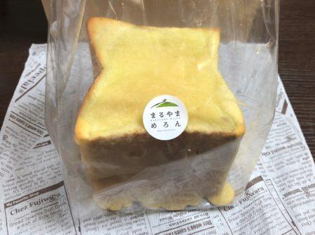 まるやまめろんのシールが付いた袋に入ったメロンパン食パン