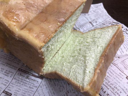 めろん食パンをカット途中の生地がメロン色