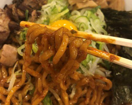 箸で持ったまぜそばの麺