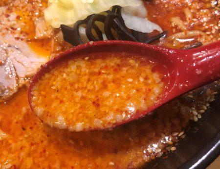 山嵐清田店の赤スープをレンゲで持った