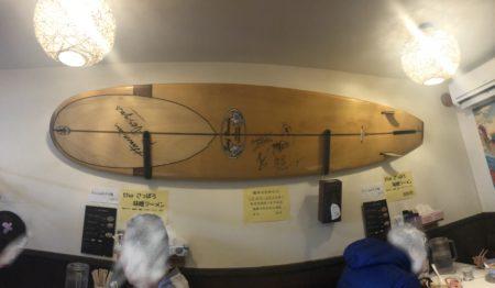 麺屋169の店内に飾ってあるサーフボード