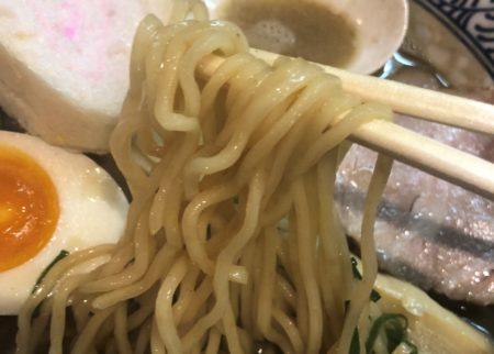 麺屋169の濃い煮干しそばの麺を箸で持った
