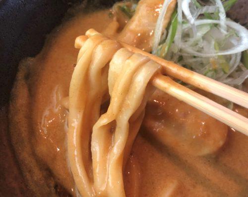 鬼わそとのカレーうどんの麺を箸で持った