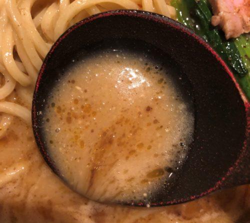 西洋料理 ヌイユのみそラーメンのスープをレンゲですくった
