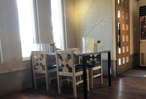 ラーメン屋 木蓮の店内のテーブル席
