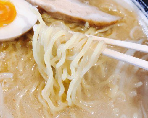 木蓮のみそラーメンの麺を箸で持った