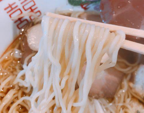 木蓮の焼あご出汁醤油ラーメンの麺を箸で持った