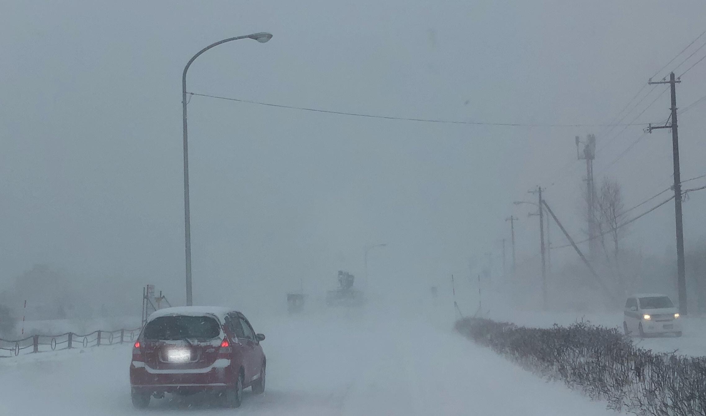 北海道の雪道 ホワイトアウト