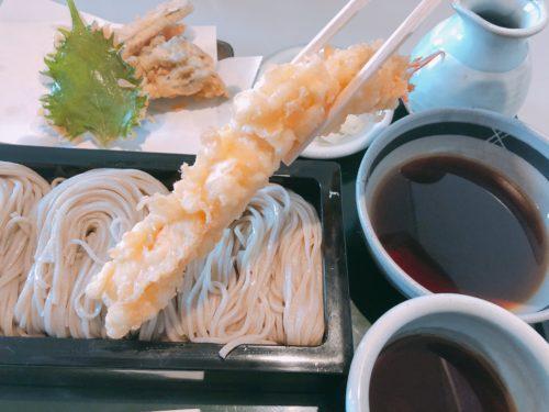 四季のエビ天ぷらを箸で持った