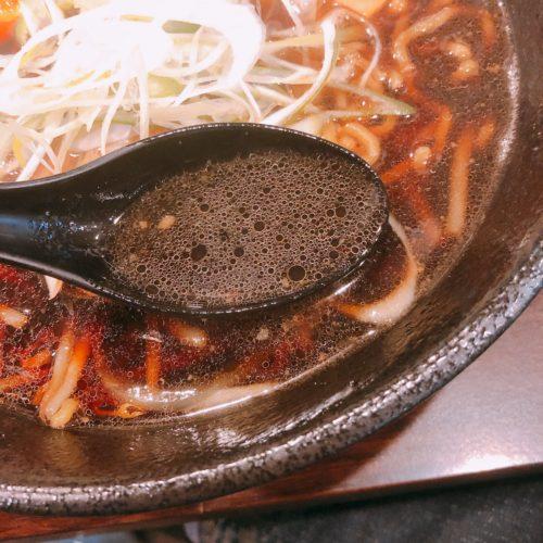 翔ちゃん醤油ラーメンのスープをレンゲですくった