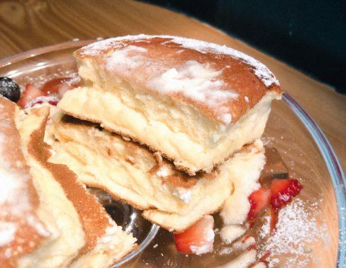 円山ぱんけーきのパンケーキを切った