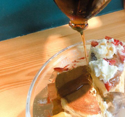 パンケーキにメープルシロップをかける
