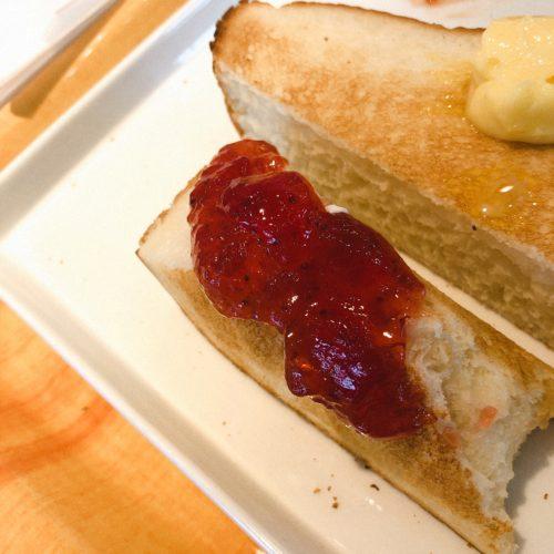 食パンにいちごジャム