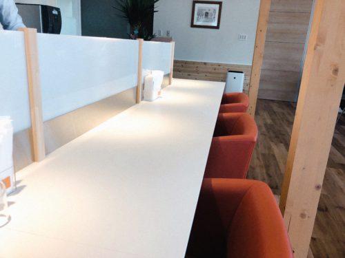 アンビシャスカフェのカウンターテーブル