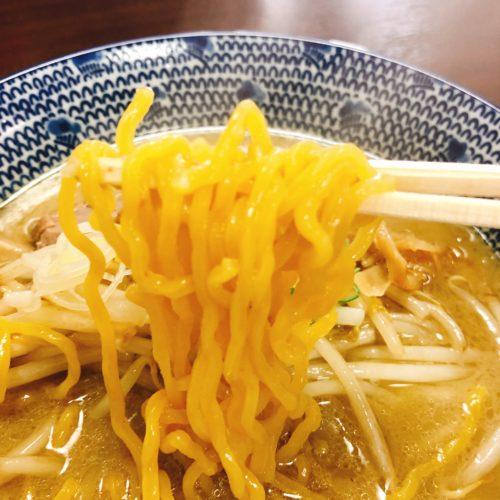 らーめん来斗の味噌ラーメンの麺を箸で持った