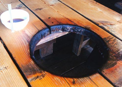 木のテーブルに穴が空いた