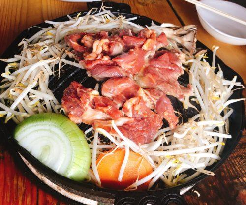 ジンギスカン鍋に野菜と焼き肉を乗せた状態