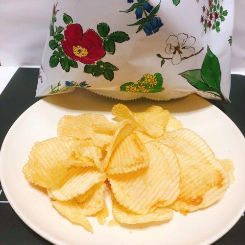 六花亭ポテトチップス皿に盛り、背景は六花亭ポテトチップスの袋