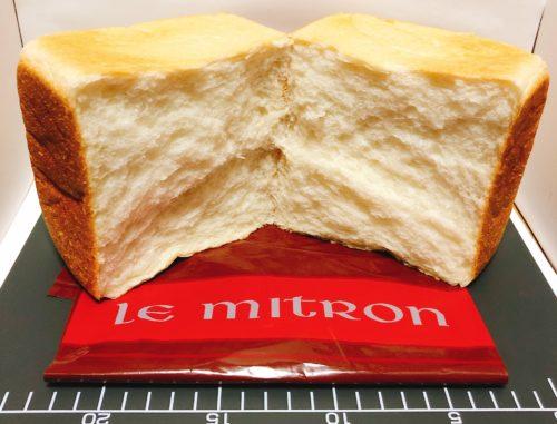 ルミトロンの食パンを半分に割った