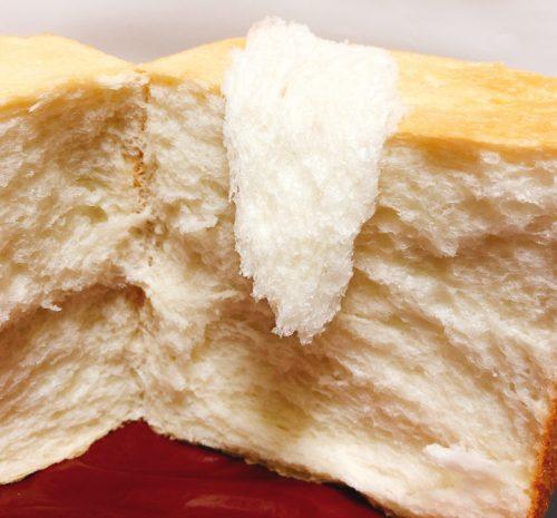 ルミトロンの食パンをちぎって、パンの上に乗せた