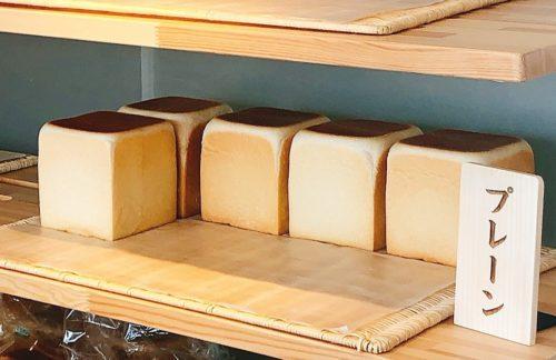 食パン棚に5斤の食パンを展示