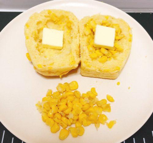 美瑛選果のコーンパンを半分に切って、バターを投入