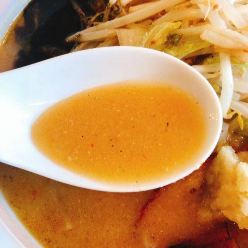 麺屋 おざわの味噌ラーメンのスープをレンゲですくった