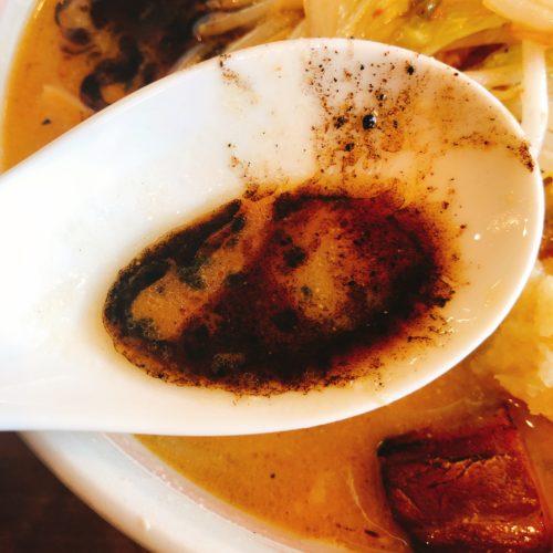 麺屋おざわの味噌ラーメンの黒いスープ