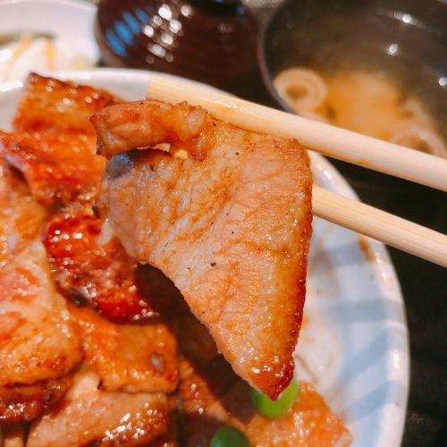 ぶた一家の豚丼の肉を箸で持った