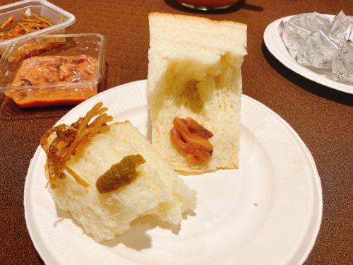 食パンに柚子胡椒、塩辛、きんぴらを乗せた皿