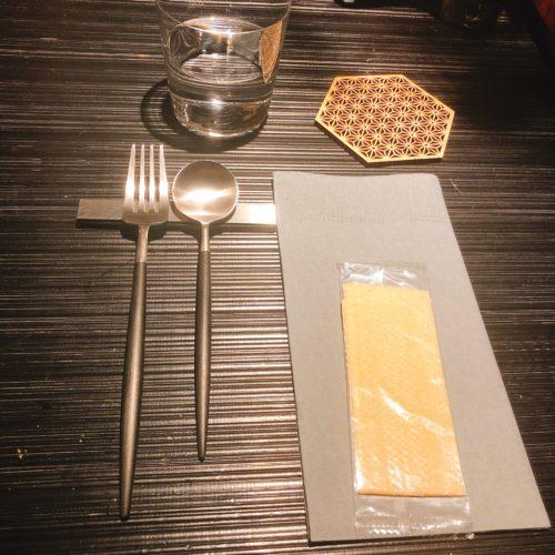 札幌茶寮 あさみあぼのカウンターに置いてあるスプーン、フォーク、おしぼりコースターとコップ