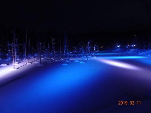 雪の降った青い池をライトアップ