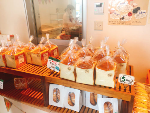 美瑛選果の本店の小麦工房の食パンの陳列