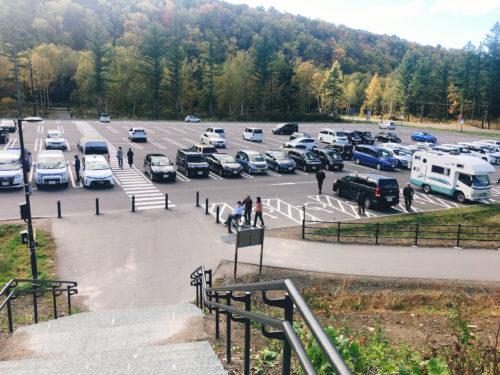 「美瑛 青い池」の駐車場を上から見た