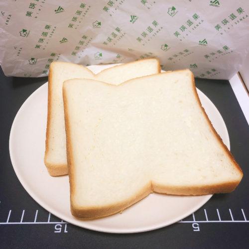 美瑛選果本店の食パンを皿に2枚乗せた