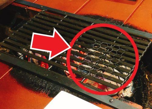 ミウラバーベキューの焼台の上の細い焼き網を○で囲って矢印で指してる