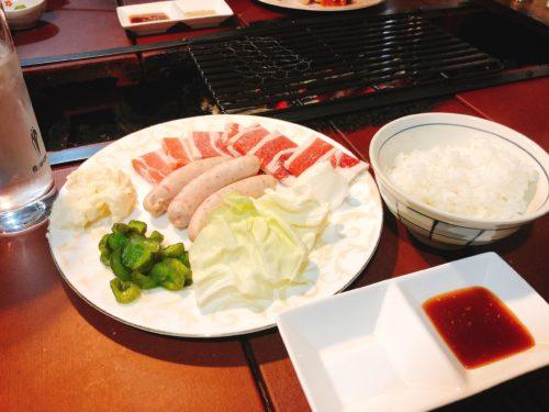肉や野菜、ソーセージを乗せた皿