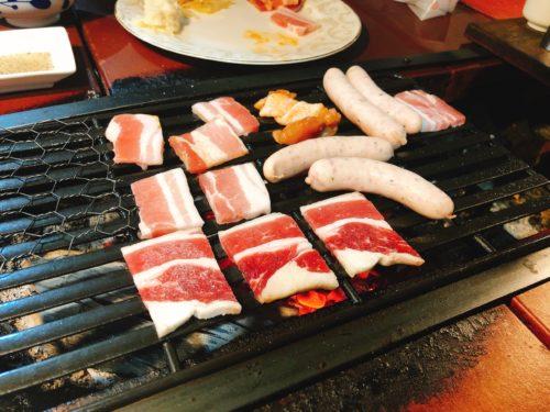 ミウラバーベキューの炭焼き台にお肉を焼いている