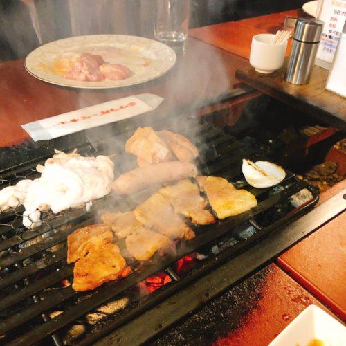 ミウラバーベキューの炭焼き台でお肉を焼いて、煙が出ている