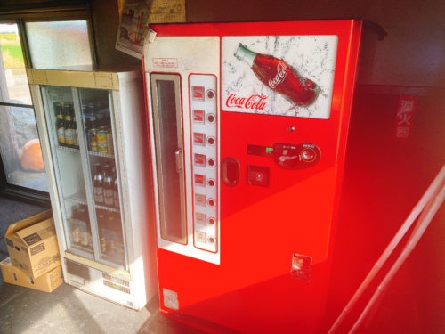 東千歳バーベキューのコーラの古い自販機