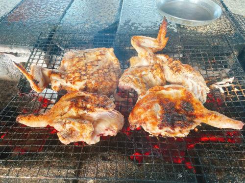 東千歳バーベキューの焦げ目のついた鶏肉炭火の網焼き、煙が出ている