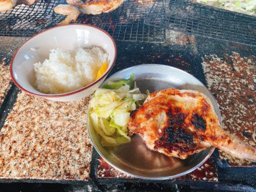 ライスとアルミ皿に鶏肉と野菜炒め