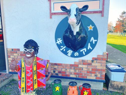 牛小屋のアイスやっちゃん人形と牛が首を壁から出している様子