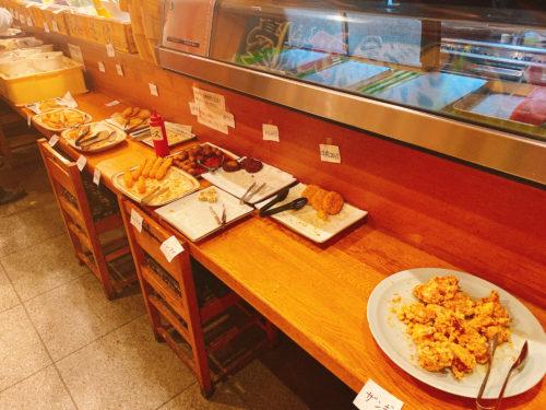 根室食堂 札幌JR店のカウンターを利用したバイキング